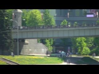 колонна байкеров через мост едет в 2км от старта