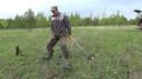 Поиск металлолома с металлоискателем вдоль полей.