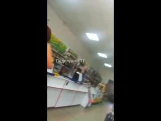Голая местная жительница зашла за алкоголем в магазин прикрывшись покрывалом