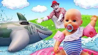 Spielzeug Video für Kinder. Die Baby Born Puppe schwimmt mit dem Hai im Pool.