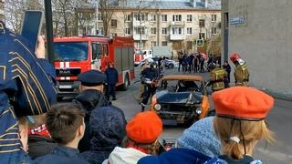Учения МЧС – как профессионалы разрезают авто, чтобы извлечь пострадавшего, и ликвидируют возгорание