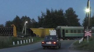 Движуха на жд переезде возле ОПМС-8 Берёзки. Сразу 2 поезда. Никто не нарушил ПДД