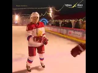 Путин играет в хоккей с маленьким челябинцем