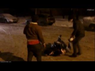 Очень пьяные негры были успокоены силой в России.