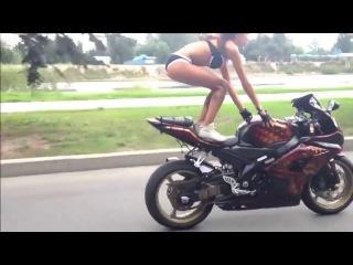 Девушка в бикини делает различные трюки на мотоцикле - Suzuki GSX-R