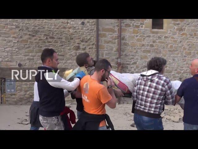 Италия Спасатели ищут пострадавших от землетрясения в опустошенной Аматриче