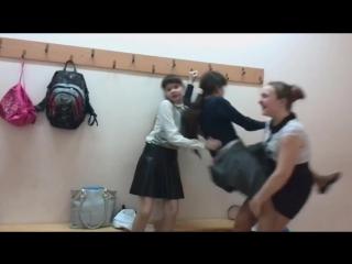 В школьной раздевалки девочки задрали короткую юбку и она засветила колготки и попку