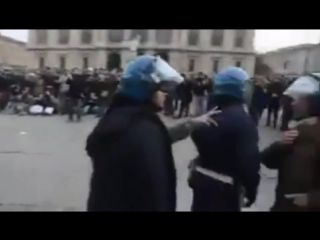 В Италии полиция отказалась избивать протестующих и сняла шлемы. Она за свой народ , а не против него.