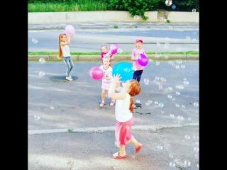 День защиты детей 😍. Праздник для деток около подъезда 🤩. Доченька пригласила друзей👍😊✌️🎈