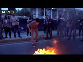 ✔ ОСОБОЕ МНЕНИЕ: В Афинах в ходе акции протеста против ударов США по Сирии сожгли американский флаг ...