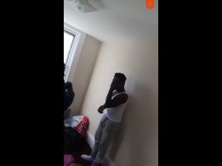 Отец застукал 13-летнюю дочь в постели со старшим парнем