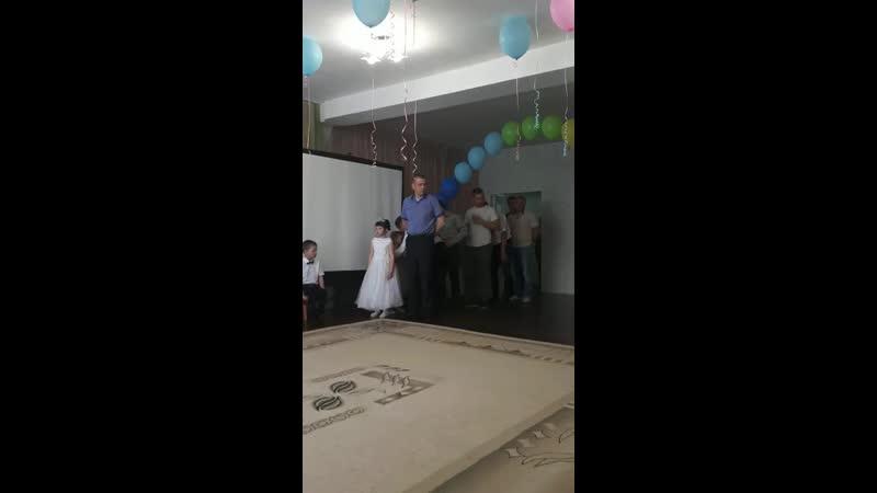 Незабываемый танец папы с дочкой