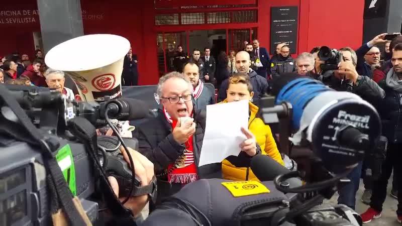 El accionista AlejandroCadenas nuevamente ha tomado la palabra antes del partido frente al Girona en la protesta contra la venta