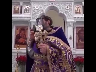 В Одинцовском округе протоиерей пришел на проповедь в противогазе