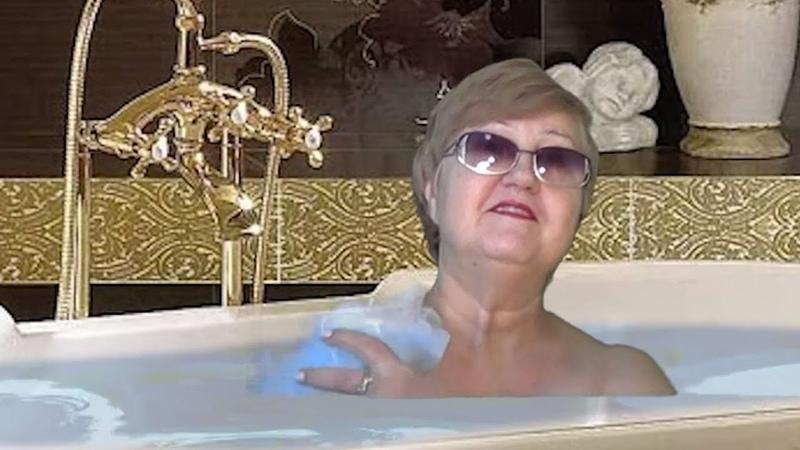 БАБКА в ванной рассказывает АНЕКДОТЫ королева зеленого экрана