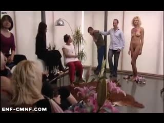 CMNF, CFNF, OON, кандаулезизм  жена сбрасывает халат и предстаёт голой перед толпой