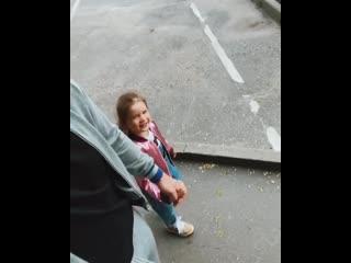 Курбан Омаров на прогулке с дочкой Теоной