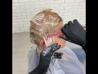 Нанесение красящей смеси с помощью рук и расчёски ускоряет процесс работы.Но! Требует техничности.Обратите внимание на перво
