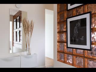 Необычная прихожая со стеной из стеклоблоков в типовой панельке