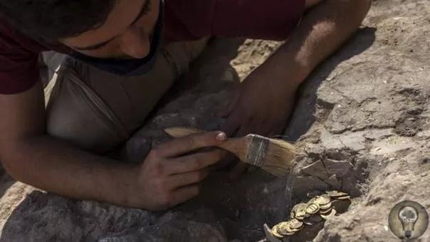 В центре Израиля нашли золотые монеты возрастом 1100 лет