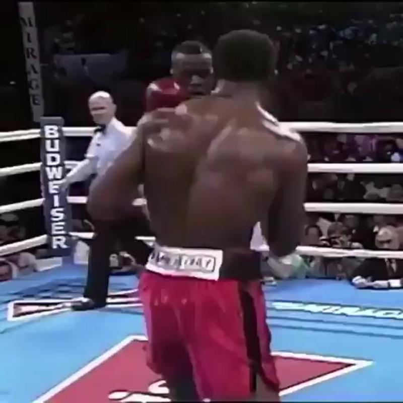 🎬Знаменитая встреча Эвандера Холифилда и Бастера Дагласа, который нанес в предыдущем бою 1 поражение Майку Тайсону (1990 год).🥊