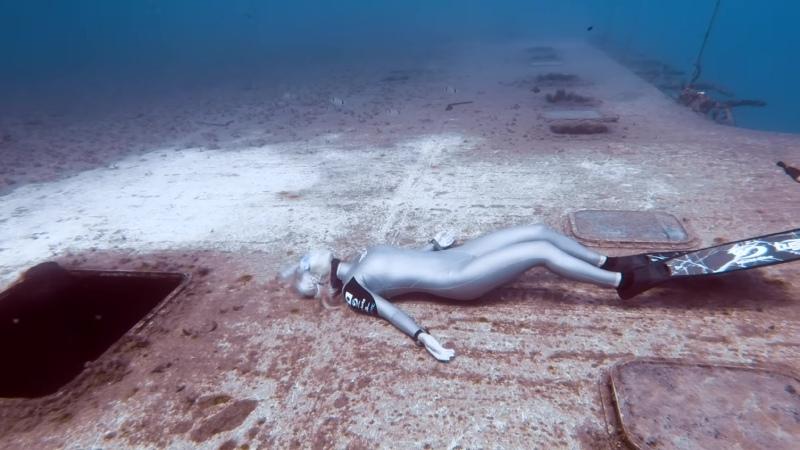 Два фридайвера рекордсмена исследуют глубокое затонувшее судно