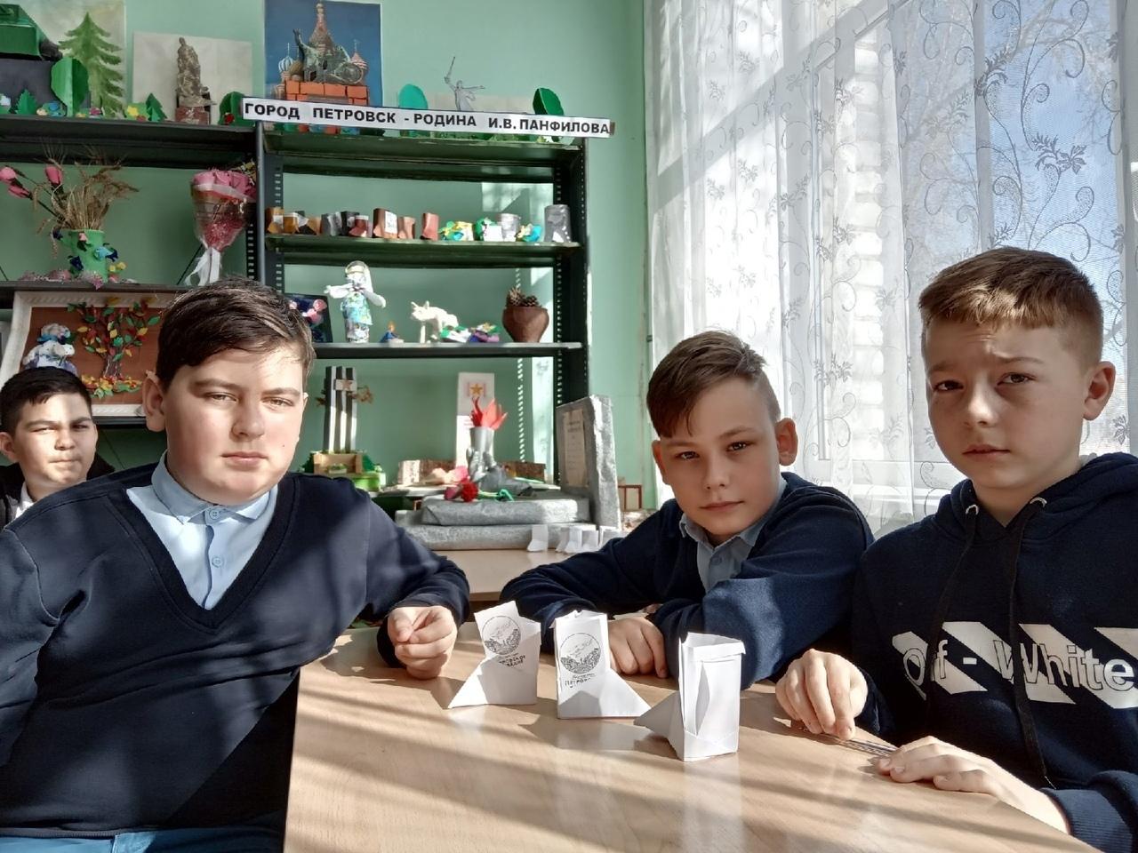 В школе №8 города Петровска участники очного этапа Мартыновских чтений продолжают защиту проектов