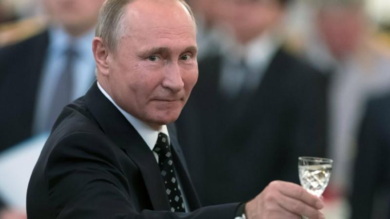У Путина В В день рождения Народ поздравляет Пусть Путин живёт на пенсию в 14 000 и половину отдаёт за ЖКХ