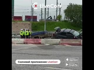 Легковушка с прицепом врезалась в блоки в Москве