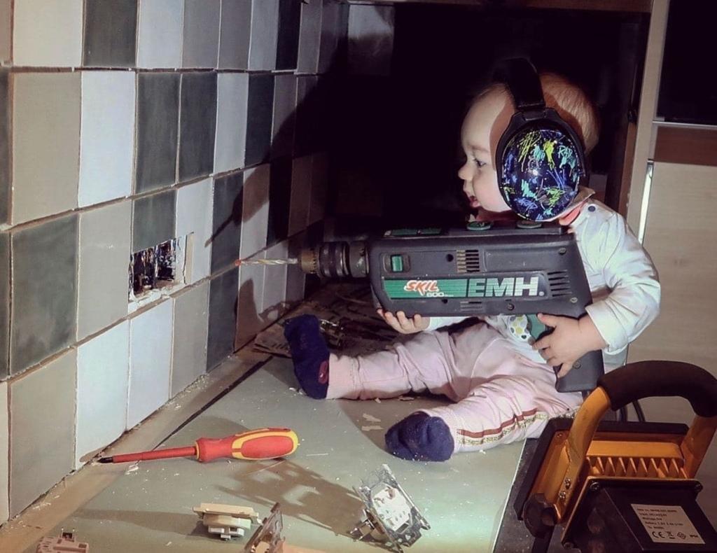 Молодой папа троллит жену, пока она на работе, отправляя забавные фото ребенка, с подписью, что все в порядке