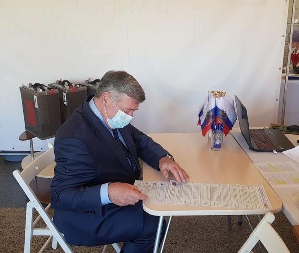 Сенатор РФ Валерий Семенов проголосовал сегодня в ...