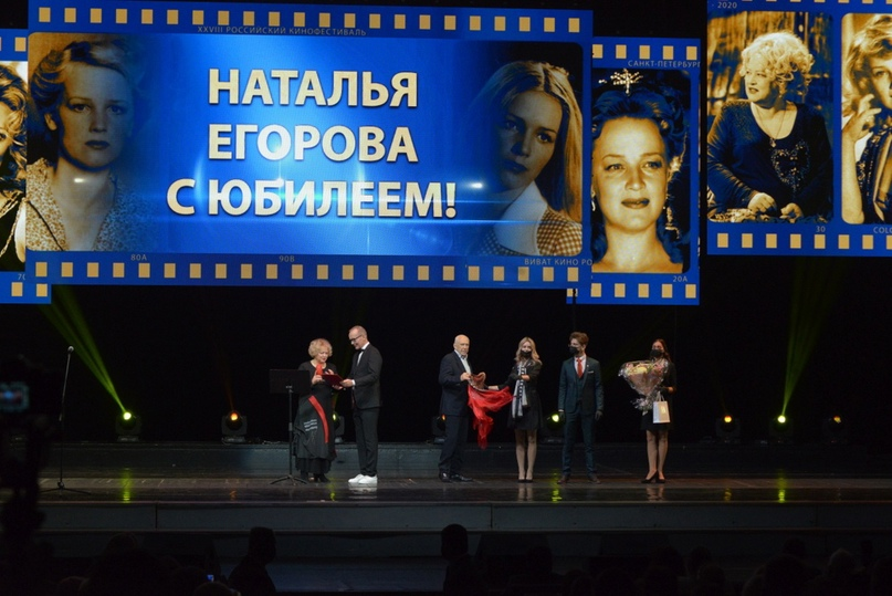 Приз Наталье Егоровой вручает ведущий вечера и ее партнер по фильму «Жизнь Клима Самгина» Андрей Руденский