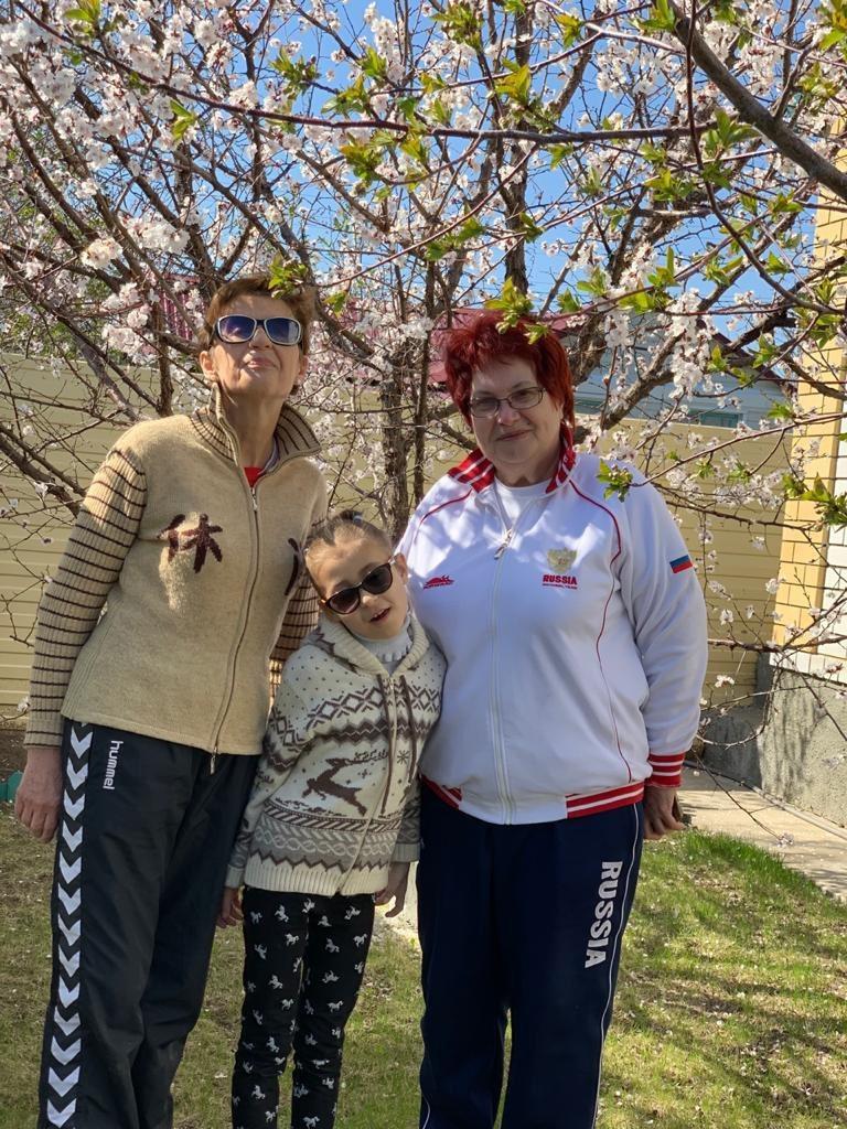 Дочь Арина с бабушками