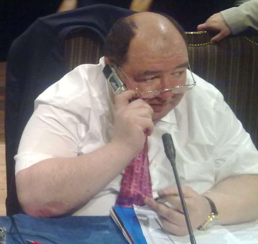 """Аркадий БабченкоВ Оркостане арестовали тестя Баскова. Да, да, того самого. Певца ртом. Тесть, правда, бывший, но тем не менее. Борис Шпигель, миллиардер, Форбс, сенатор, все дела. Девять месяцев назад к нему пришли от ФСБ, предлагали поделиться бизнесом. Он не захотел. """"Я не ожидал такого беспредела, я спокойно вернулся из Израиля"""" - говорит нам сейчас невинно арестованный сенатор, миллиардер, тесть из камеры СИЗО.Ну, прекрасная же история. Прекрасная страна. Прекрасный певец. Прекрасный тесть. Прекрасный ФСБ.Вот, сидишь ты в сенате. Растешь по лестнице Форбса. Зять твой поет ртом в зомбоящике про прекрасную Родину Россию. Ты его прогдюссер по совместительству.А потом херак. И ты слушаешь тюремный """"Маяк"""".Николай, Николай, Николай. Не могу разлюбить твой ла-ла-ли-лу-лай.Это песня Баскова, если что.А, главное, не предупреждал ведь никто.Спасибо, что вернулся, Боря.В Израиле сейчас с дураками и так перебор."""