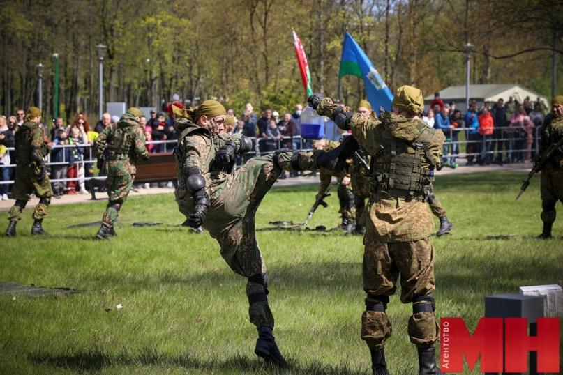 Фотофакт. Минчане пришли в парк Победы на выставку военной техники