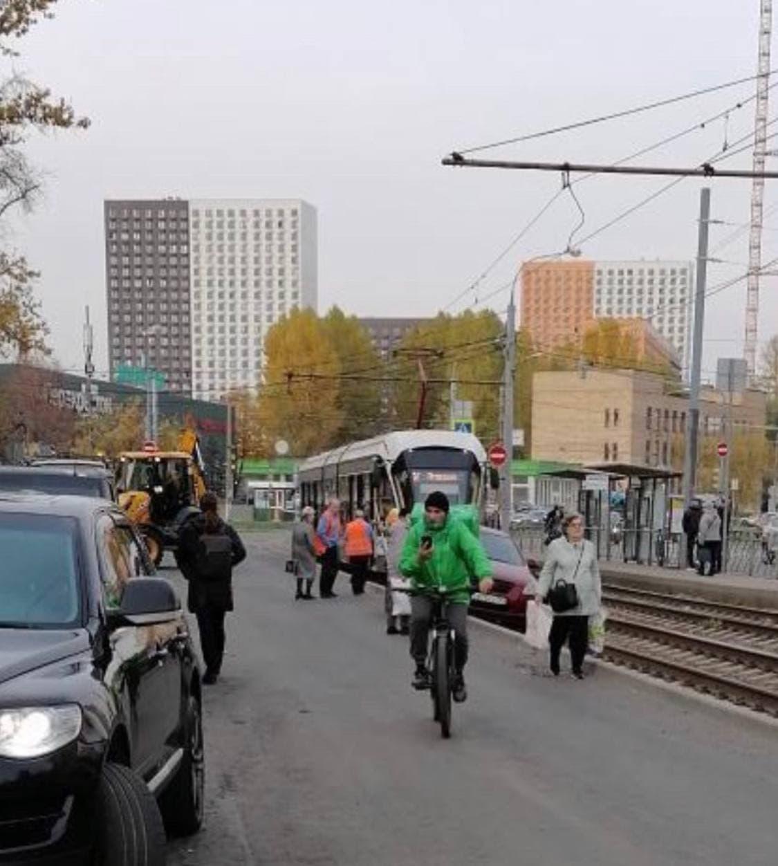 На Полярной машина оказалась на трамвайных путях, трамваи вставали.