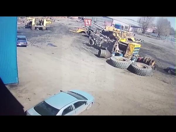 Колесо от БелАЗа упало на легковушку Машина восстановлению не подлежит