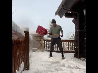 Дженсен Эклз чистит снег (из Инстаграма Дженсена)
