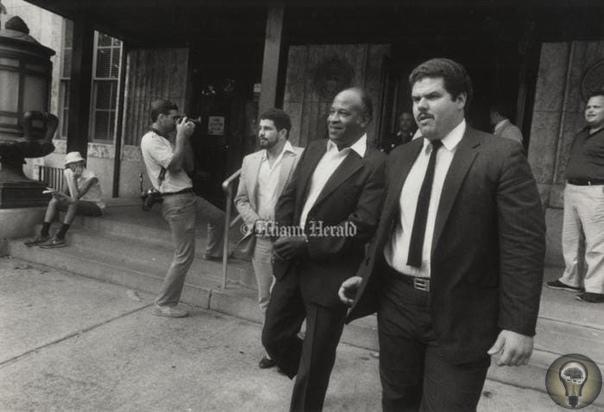 Зам начальника полиции КиУэст Рэймонд Касамайор (в центре в наручниках), 1985 год, СШАУникальный случай в 1984 году целый полицейский департамент был признан криминальной организацией и попал