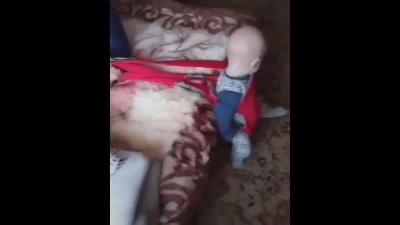 Папа трахает свою дочку, пока удовлетворённая жена спит рядом