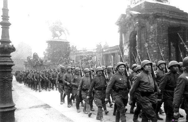 Исторические факты про взятие Берлина. Берлинская операция занесена в Книгу рекордов Гиннесса как самое крупное сражение в истории. С обеих сторон в сражении принимало участие около 3,5