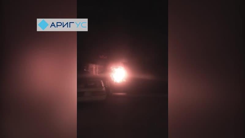 «Сначала был взрыв, потом заполыхало». На автостоянке Улан-Удэ горела шиномонтажка (ВИДЕО)