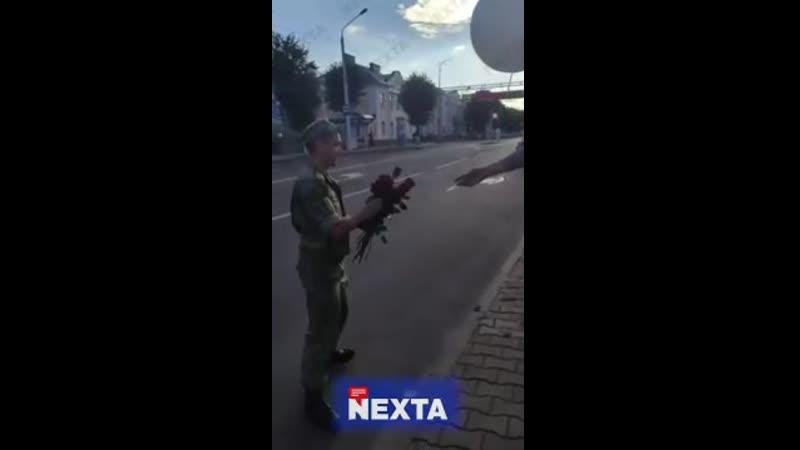 В Сморгони пограничник вышел с цветами к протестующим Я Присягу давал народу